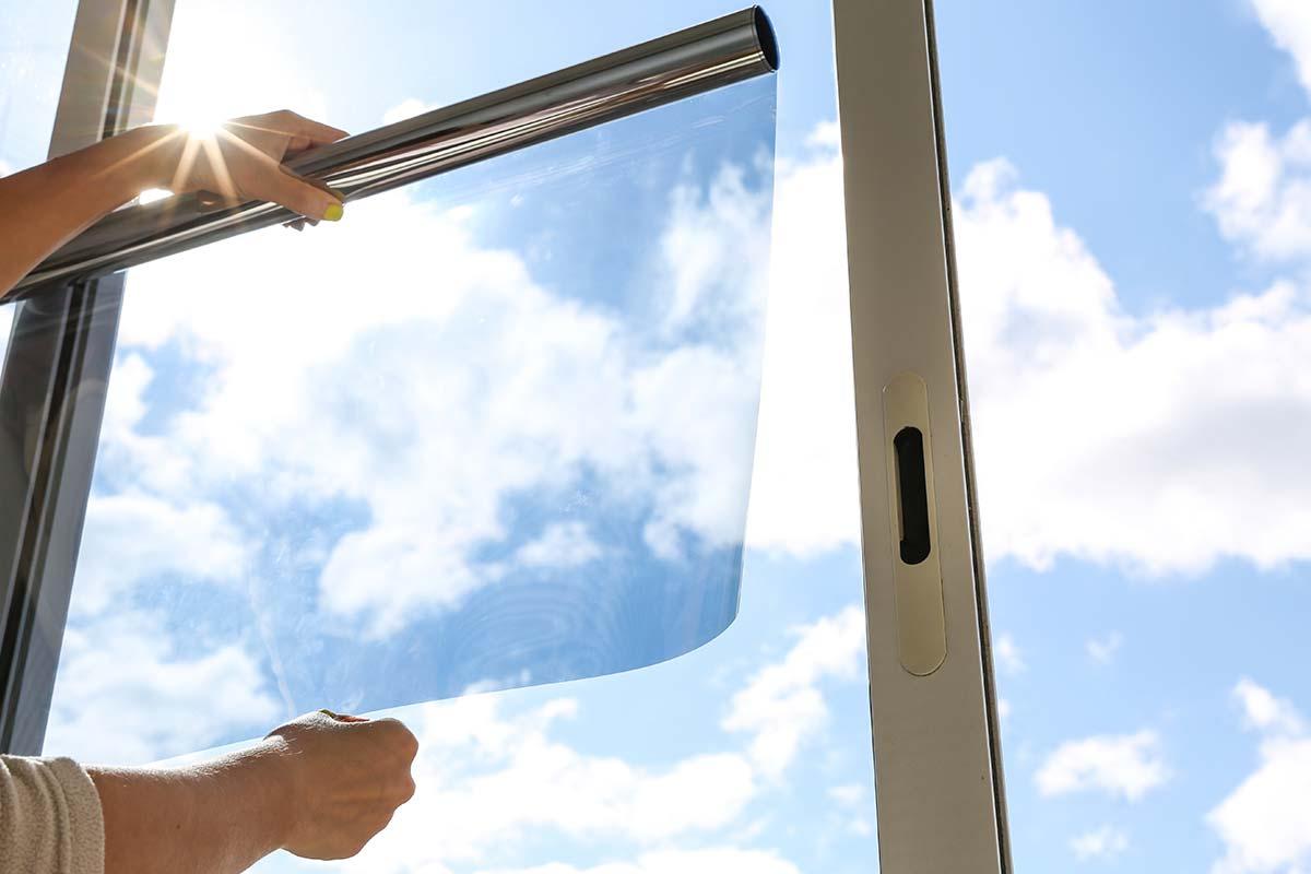 Solfilms folie opsættes på vindue