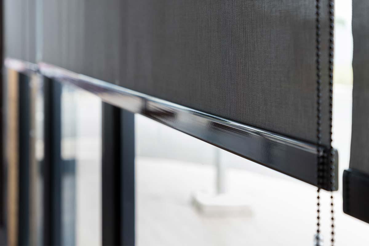 Solafskærmning indvendig på vinduer med solrullegardiner